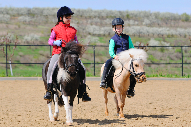children horse riding