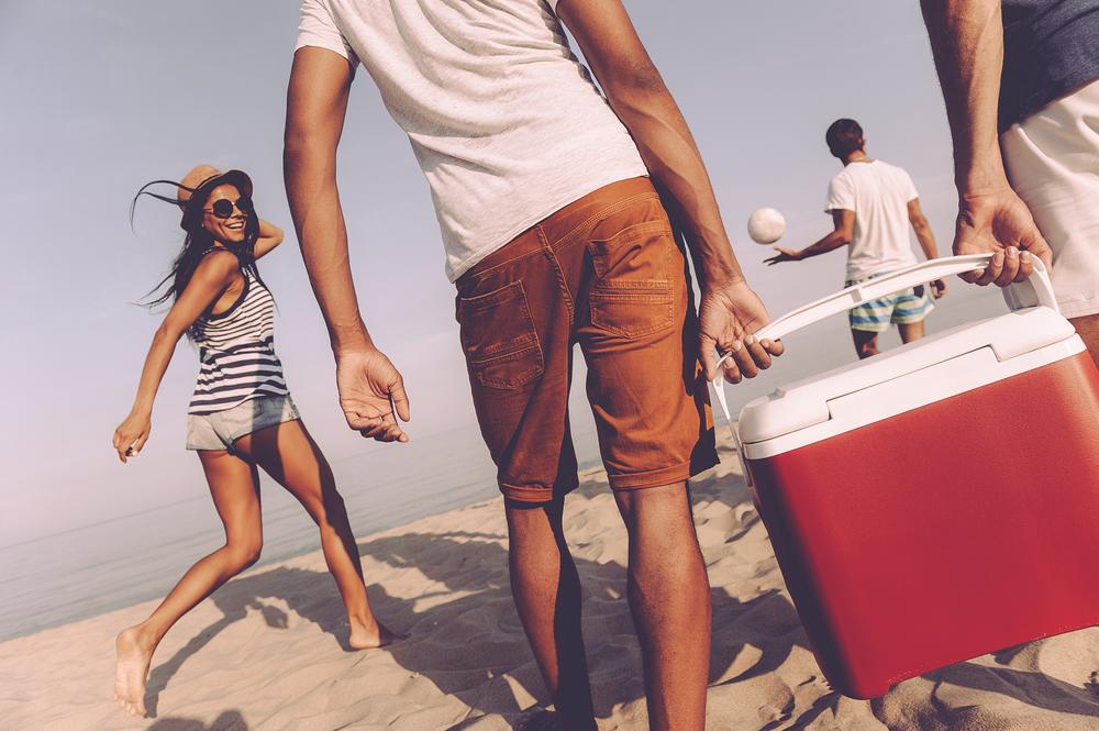 Friends take picnic to beach